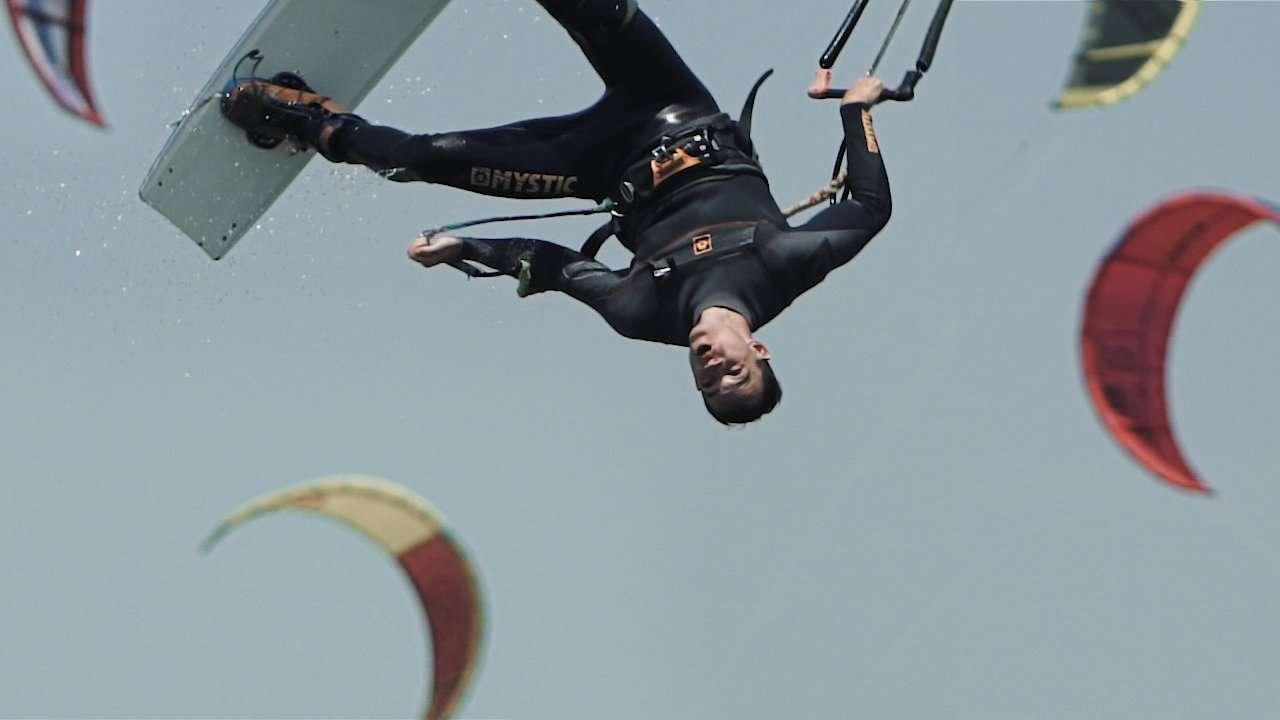 Kitesurfer springt Kopfüber