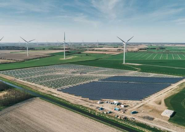 Luftaufnahme Solaranlage und Windkraftanlagen