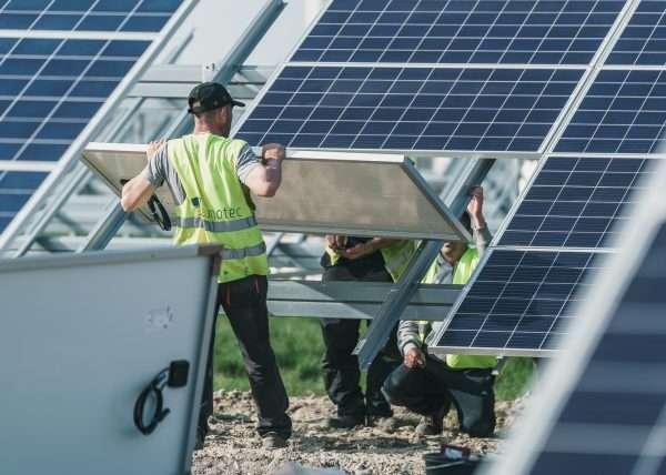 Bauarbeiter montiert Solar Module
